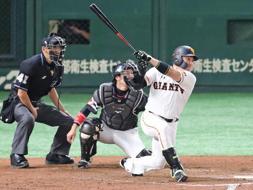 巨人対ソフトバンク 7回裏巨人2死一、二塁、丸は適時二塁打を放つ(撮影・梅根麻紀)