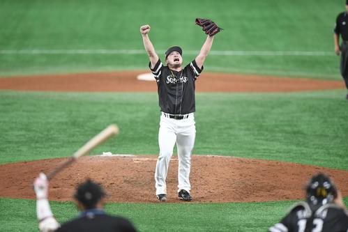 巨人に4連勝して日本シリーズを制覇し、両手を突き上げて喜ぶソフトバンク森(撮影・加藤諒)
