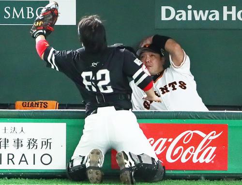 巨人対ソフトバンク 1回裏巨人2死一塁、岡本の飛球を好捕する捕手甲斐(左)。右は阿部(撮影・足立雅史)
