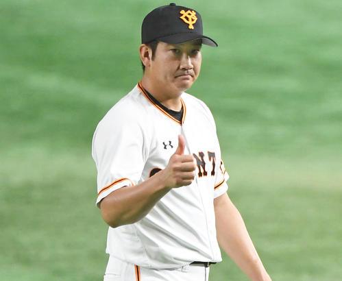 2回表ソフトバンク2死一塁、松田宣を二飛に打ち取り、親指を立てる先発菅野(撮影・加藤諒)