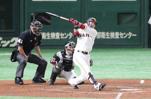 巨人対ソフトバンク 3回裏巨人2死、亀井は二塁打を放つ(撮影・梅根麻紀)