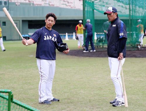 打撃練習を終えた吉田正(左)と話し込む稲葉監督(撮影・加藤哉)