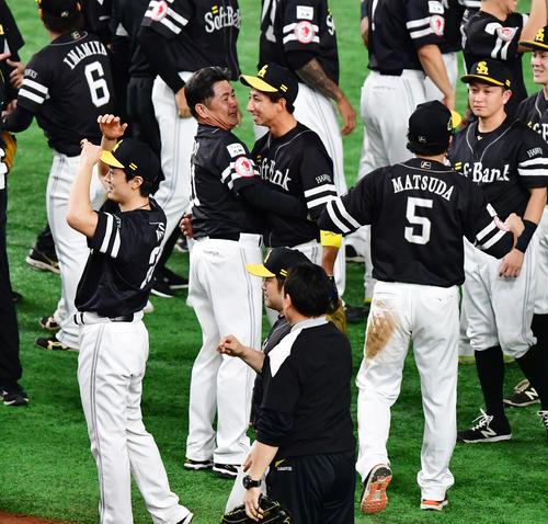 巨人対ソフトバンク 日本一となり抱き合う工藤公康監督(左)と福田秀平(撮影・清水貴仁)