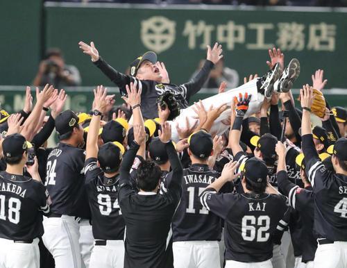 3年連続で日本一になったソフトバンクナインは工藤監督を歓喜の胴上げ(撮影・梅根麻紀)