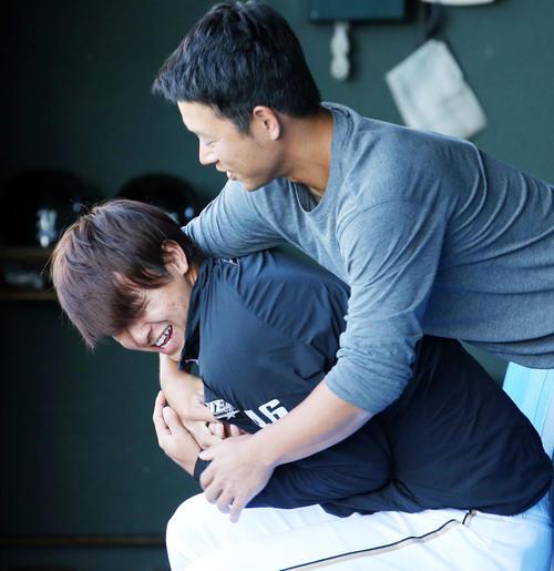 日本代表対日本ハム 試合前練習前、先発の田中(左)は打撃投手とじゃれ合う(撮影・浅見桂子)