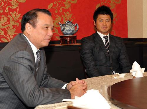 13年11月、阪神とのFA交渉の席に着く中田(右)。左は中村GM