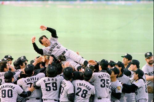 西武を破り悲願の日本一を飾りナインに胴上げされる吉田義男監督(1985年11月2日)