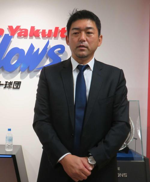 斎藤氏はヤクルトの球団事務所を訪れ来季の1軍投手コーチとして契約した