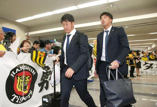 高知龍馬空港に到着し歓迎を受ける岩貞(左)と才木(撮影・上山淳一)