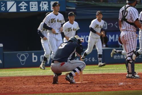 9回2死満塁で三振に倒れしゃがみ込む上武大・工藤(撮影・金子真仁)