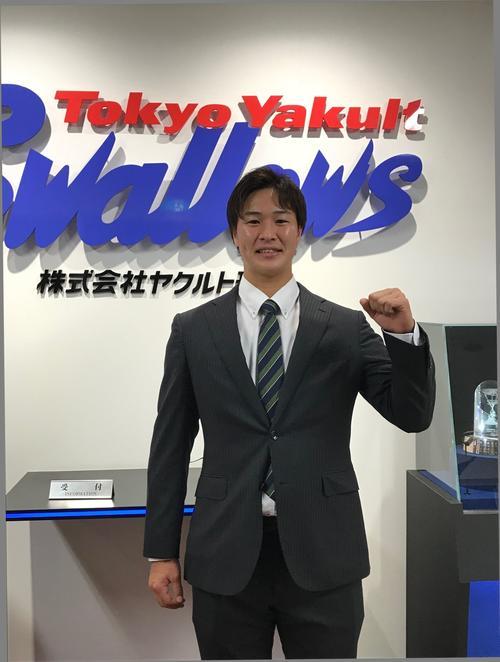 緑と青のヤクルトカラーのネクタイを着用して契約に臨んだ長谷川(撮影・保坂恭子)