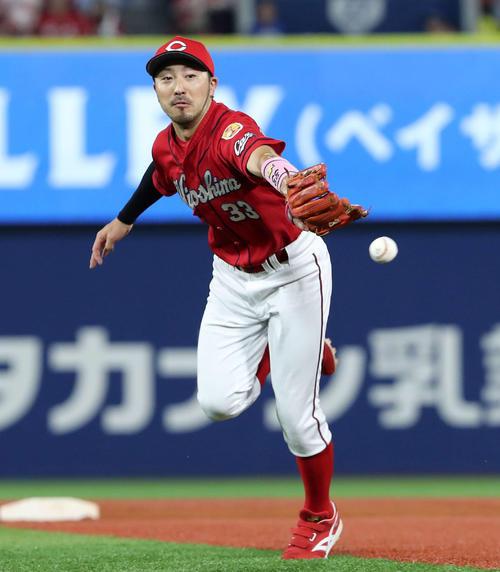 好捕し一塁にグラブトスする広島菊池涼介(2019年8月18日)