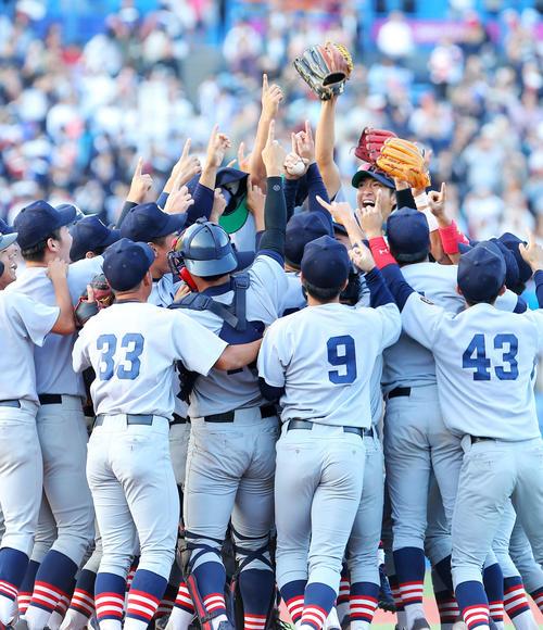 優勝を決めた慶大ナインはマウンドに集まり喜びを爆発させる(撮影・河田真司)