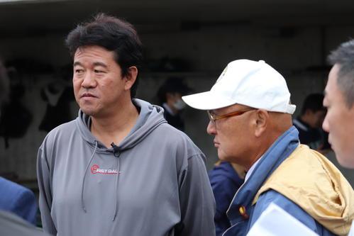 BCリーグトライアウトを視察する神奈川の山下GM(右)と鈴木監督(撮影・金子真仁)