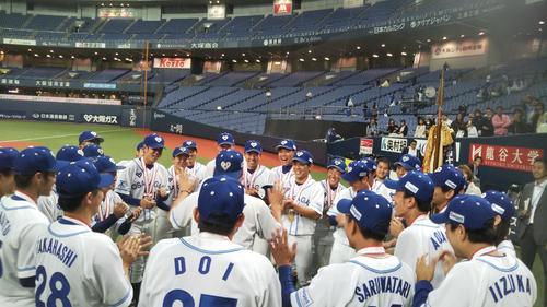 優勝して手締めをする大阪ガスの選手たち(撮影・柏原誠)