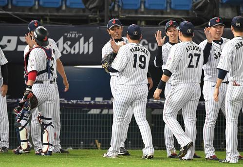日本対ベネズエラ 逆転勝ちした稲葉監督(中央)は、最後を締めた山崎から勝利球を手渡される(2019年11月5日撮影)