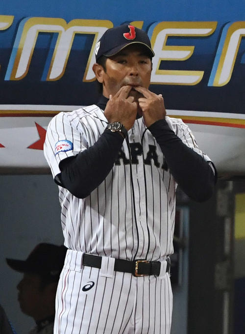 5日、日本対ベネズエラ 選手交代のため指笛で球審を呼ぶ稲葉監督(撮影・山崎安昭)