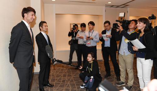 西武とのFA交渉を終え笑顔で記者の質問に答える福田(撮影・今浪浩三)