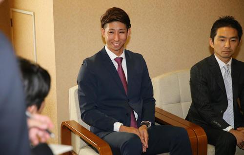 ロッテとのFA入団交渉を終え、笑顔で取材に応じるソフトバンク福田(中央)(撮影・菊川光一)