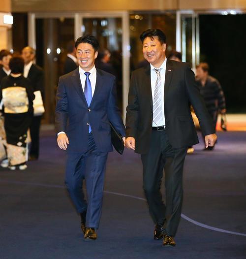 FA宣言した楽天美馬(左)はヤクルト伊東編成部長と笑顔で交渉の席へと向かう(撮影・足立雅史)