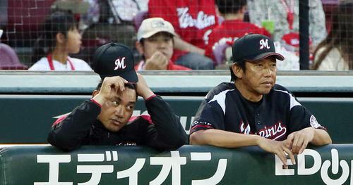 6月、広島戦で試合を見つめる鳥越裕介ヘッドコーチ(右)。左は井口監督