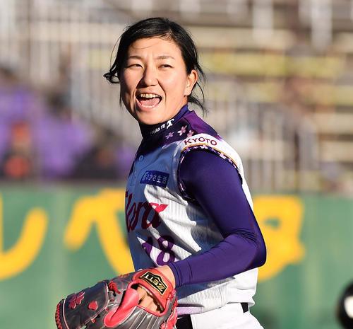 39ERS対89ERS 先発し笑顔を見せる京都フローラ小西美加(撮影・上田博志)