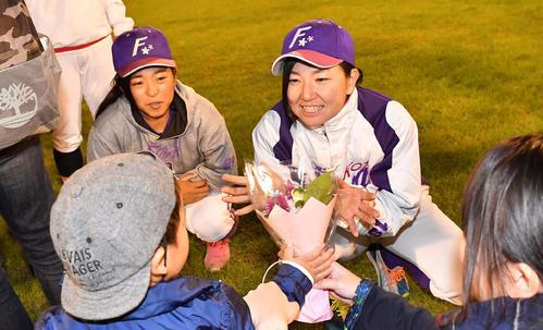 39ERS対89ERS ファンや関係者をハイタッチでお見送りする京都フローラ小西美加(右)(撮影・上田博志)