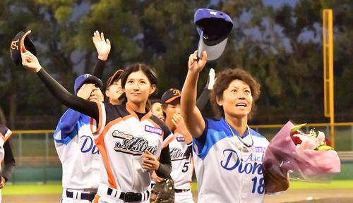 ファンの歓声に帽子を振って応える埼玉アストライア・加藤優(左)(撮影・上田博志)