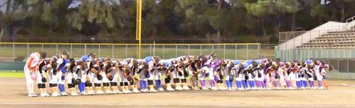 39ERS対89ERS セレモニーでファンにあいさつする引退する女子プロ野球の選手たち(撮影・上田博志)