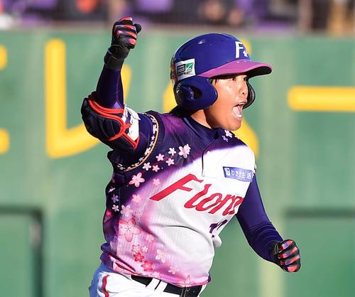 39ERS対89ERS 1回裏39ERS2死二塁、右越え2点本塁打を放つ京都フローラ中村茜(撮影・上田博志)