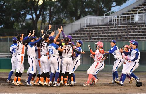 39ERS対89ERS 試合終了後、マウンドに集まる女子プロ野球引退する選手たち(撮影・上田博志)