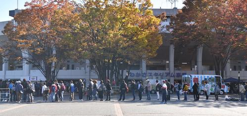 39ERS対89ERS 女子プロ野球・埼玉アストライア・加藤優らの引退試合には大勢のファンがつめかけた(撮影・上田博志)