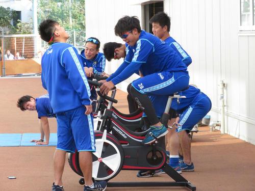 DeNA勝又(手前)は「ロッキー3」のテーマ「アイ・オブ・ザ・タイガー」で心を奮い立たせてエアロバイクをこいだ