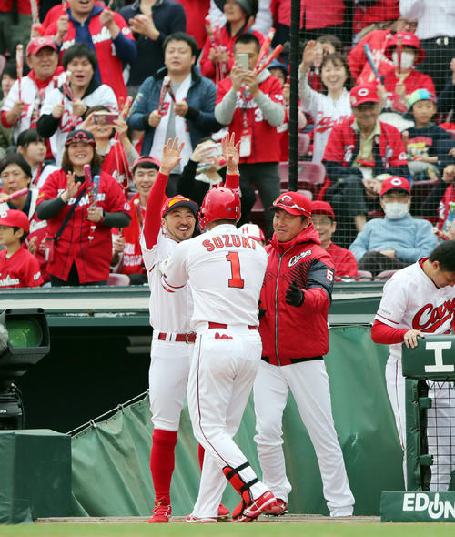 ソロ本塁打を放った鈴木(中央)を迎える菊池(左)(2019年3月31日撮影)