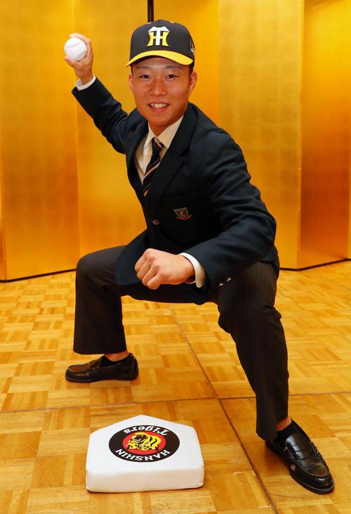 阪神と仮契約を結んだドラフト5位の中央学院大中京・藤田は阪神のホームベースを前に送球ポーズ(撮影・宮崎幸一)
