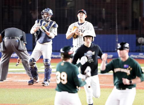 日本対オーストラリア 4回表オーストラリア2死一塁、ニルソン(手前左)に右適時二塁打を許し悔しそうな表情の山口(中央)(撮影・浅見桂子)