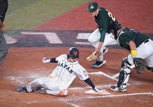 日本対オーストラリア 7回裏日本2死三塁、代走周東(左)は源田のセーフティで生還する(撮影・加藤諒)
