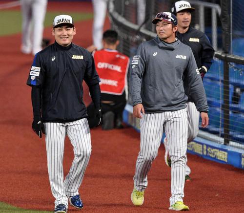 日本対オーストラリア ウオーミングアップを終えベンチへ引き揚げる丸(左)と鈴木(撮影・滝沢徹郎)