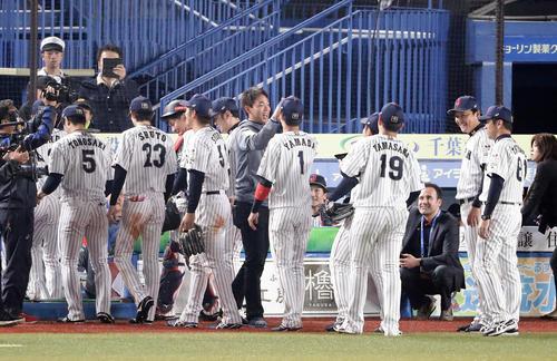 日本対オーストラリア 3-2で勝利した日本ナインを笑顔で迎える秋山(中央)(撮影・浅見桂子)