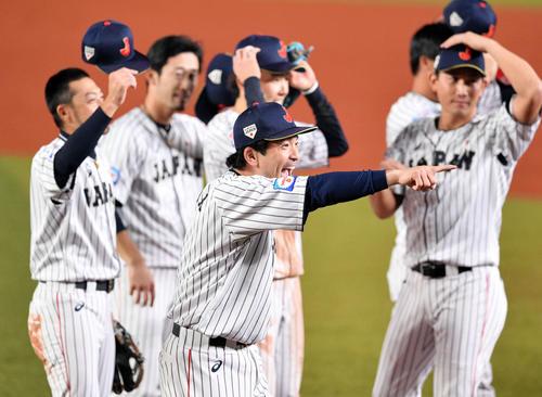 日本対オーストラリア 試合後、秋山を見つけ指さす松田宣(手前)(撮影・滝沢徹郎)
