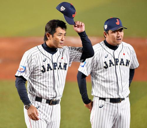 日本対オーストラリア 試合後、ファンの声援に応じる侍ジャパン稲葉監督(左)(撮影・滝沢徹郎)