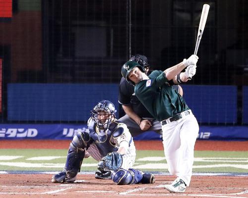 日本対オーストラリア 3回表オーストラリア2死三塁、ケネリーは中前適時打を放つ(撮影・浅見桂子)