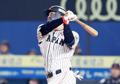 4回裏日本2死、鈴木は左越え本塁打を放つ(撮影・加藤哉)