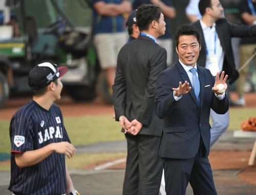7日、台湾戦の練習中に上原氏(右)は坂本勇に声をかける