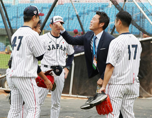7日、球場に姿を見せた上原氏は巨人投手陣とあいさつする
