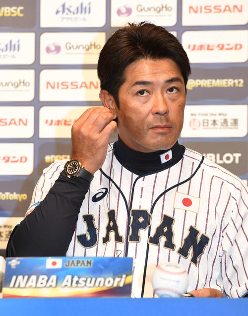 公式会見で同時通訳記のイヤホンを装着する日本稲葉監督(撮影・山崎安昭)