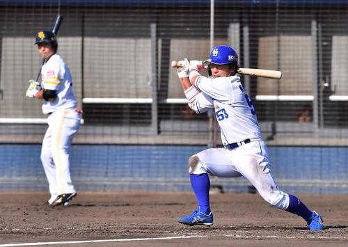トライアウトで左中間へ三塁打を放つ亀沢恭平(撮影・上田博志)
