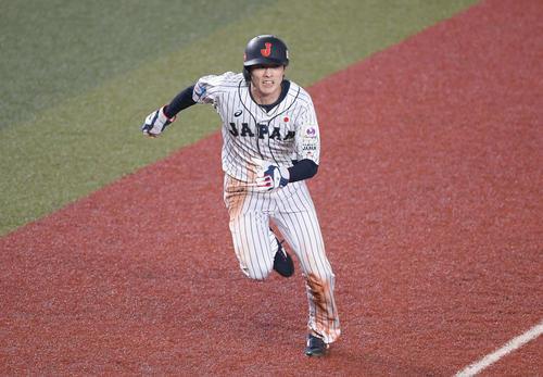 日本対オーストラリア 7回裏日本2死三塁、代走周東は源田のセーフティーバントでスタートを切る(以上、撮影・加藤諒)