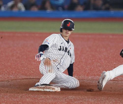 日本対オーストラリア 7回裏日本無死一塁、二塁盗塁を決める周東(以上、撮影・前田充)