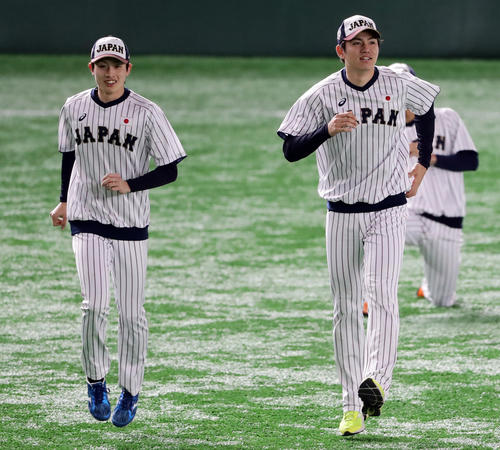 日本対アメリカ ウォームアップする周東(左)と高橋礼(撮影・浅見桂子)